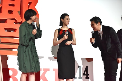 平手友梨奈(左)に弟子入り志願する高嶋政伸(右)。
