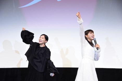 賞品が高級焼肉店の目録と聞き、テンションが上がった芳根京子(左)と土屋太鳳(右)。