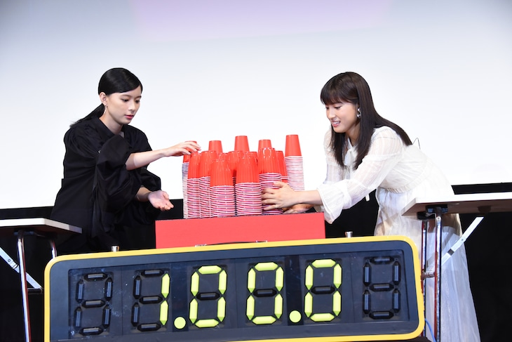 """コップ積み""""かさね""""バトルのスタートに構える芳根京子(左)と土屋太鳳(右)。"""