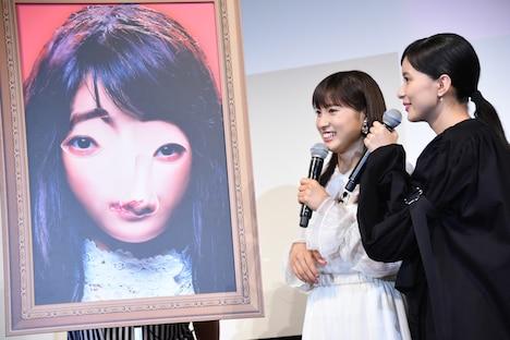 芳根京子による福笑いの出来栄えに「面白いけどな」とコメントする土屋太鳳(中央)。