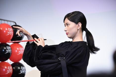 吹き矢のポーズを決める芳根京子。