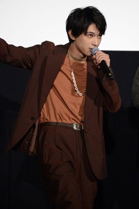 「死んじまいなァ」と劇中のセリフを披露する吉沢亮。