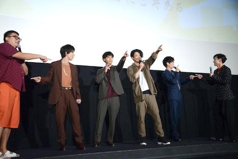 舞台挨拶に不在の勝地涼がいそうな方角を指差す柳楽優弥(中央左)と小栗旬(中央右)。