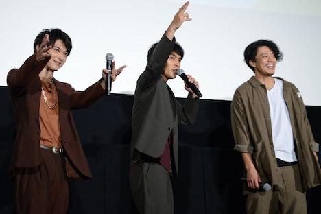 ノリノリでコールアンドレスポンスする柳楽優弥(中央)と、一緒に盛り上がる吉沢亮(左)、小栗旬(右)。