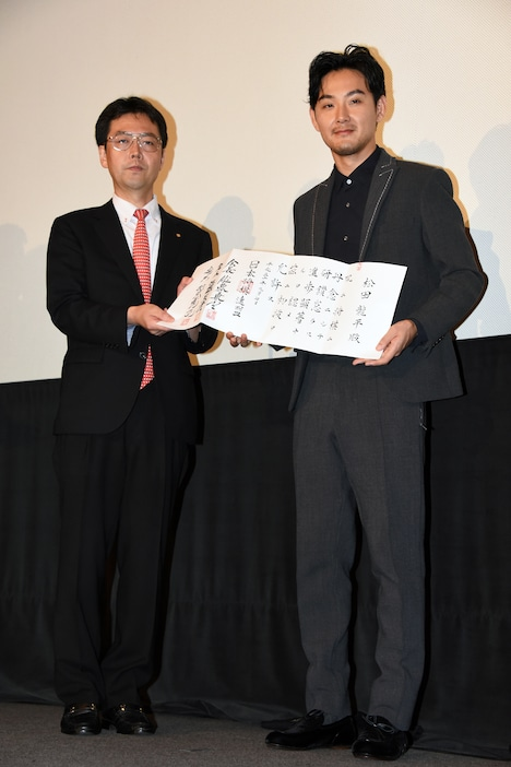 左から日本将棋連盟常務・森下卓、初段免状を見せる松田龍平。