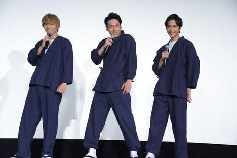 「左固唾」と言って固唾をのむ演技をする佐藤大樹(左)、山下健二郎(中央)、佐藤寛太(右)。