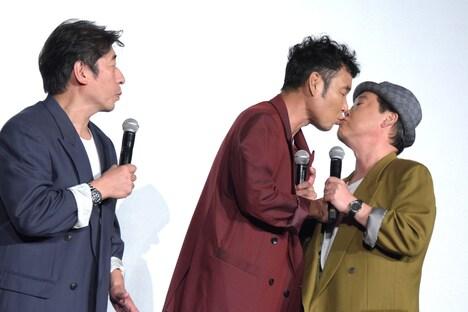 """""""仲直りのキス""""をする肥後克広(中央)と上島竜兵(右)。"""