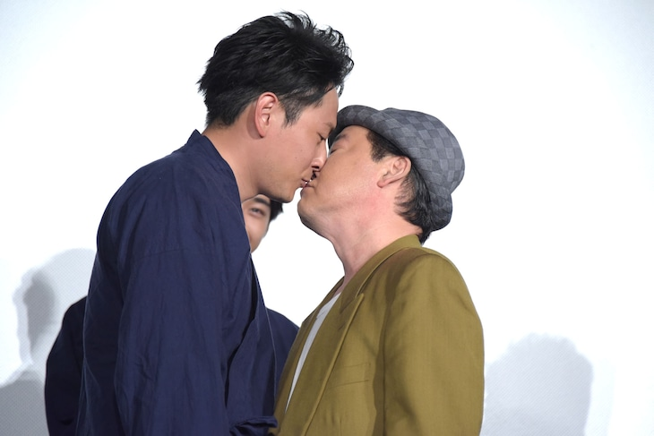 """""""仲直りのキス""""をする山下健二郎(左)と上島竜兵(右)。"""