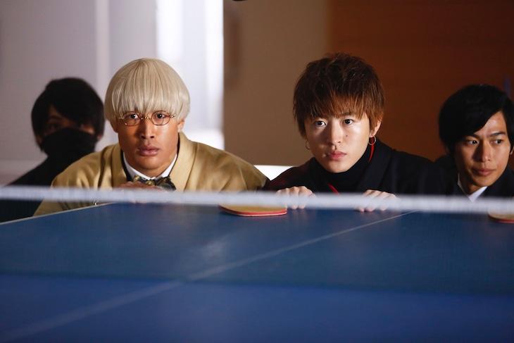 「PRINCE OF LEGEND」より、Team生徒会。手前左から関口メンディー演じるガブリエル笹塚、佐野玲於演じる綾小路葵。