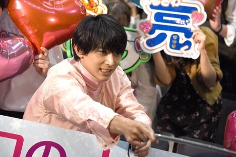 観客と自撮りする吉沢亮。