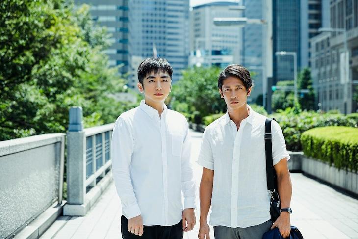 「連続ドラマW 盗まれた顔 ~ミアタリ捜査班~」原作者の羽田圭介(左)と白戸崇正役の玉木宏(右)。