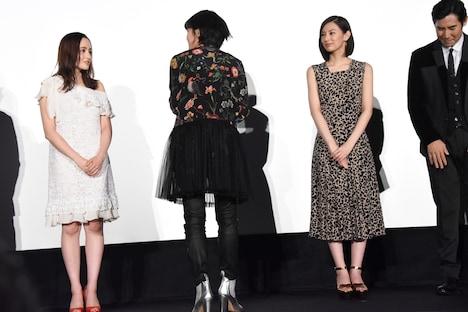 舞台挨拶の最後に、共演者と監督に向かって深く礼をした平手友梨奈(中央)。