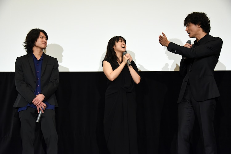左から金井浩人、池脇千鶴、安藤政信。