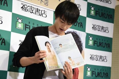 """""""沖縄×結木滉星""""というテーマに沿って、お気に入りのページを選んだ結木滉星。"""