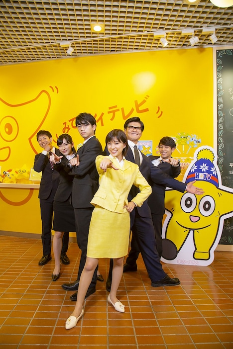 ドラマ「チャンネルはそのまま!」囲み取材時の様子。左から島太星、宮下かな子、飯島寛騎、芳根京子、長田拓郎、瀧原光。