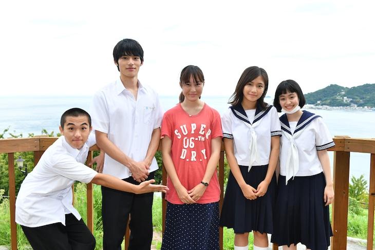 左から若林時英、岡田健史、松本花奈、小野莉奈、西本まりん。