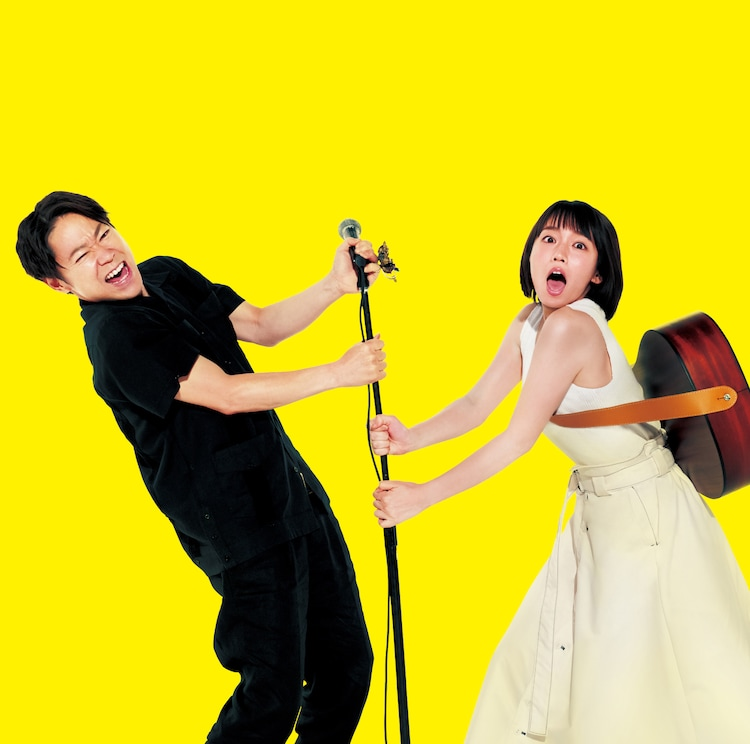 阿部サダヲ演じるシン(左)と、吉岡里帆扮する明日葉ふうか(右)。