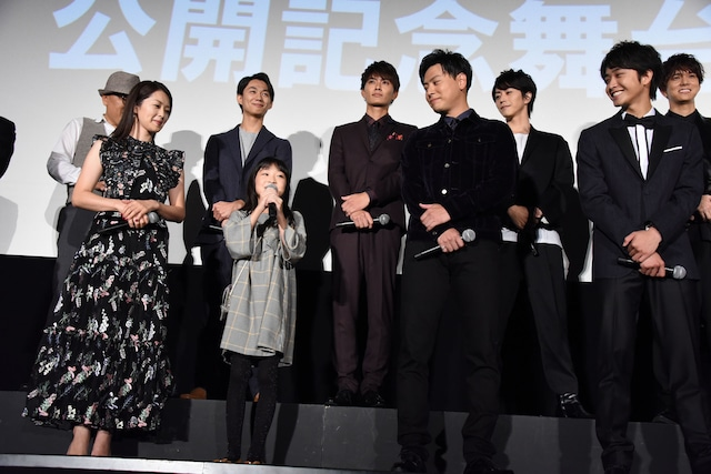 新井美羽(前列中央左)に温かい視線を送る山下健二郎(前列中央右)。