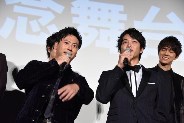 佐藤寛太(右)に、「寛太がバチッと決めてくれますから!」と話を振る山下健二郎(左)。