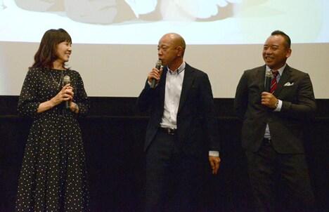 島本須美(左)のいじりに驚く小峠英二(中央)。