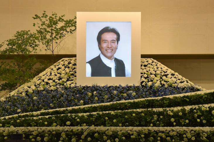 「加藤剛お別れの会」祭壇の様子。