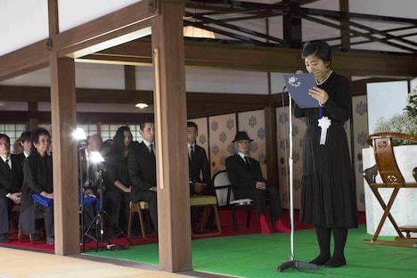 内田也哉子(右)の挨拶を聞く内田裕也(右から2番目)。