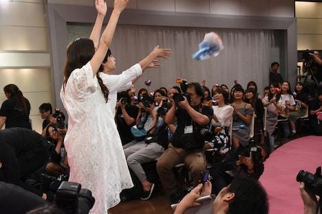 観客へブーケトスする吉沢亮(中央奥)と新木優子(中央手前)。