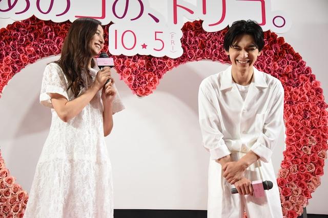 吉沢亮(右)のイメージを語る新木優子(左)。