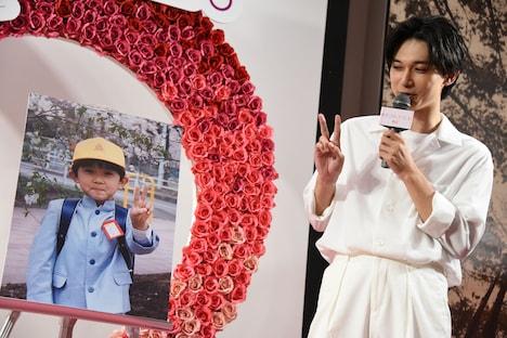 小学1年生の頃の写真と同じポーズを取る吉沢亮。