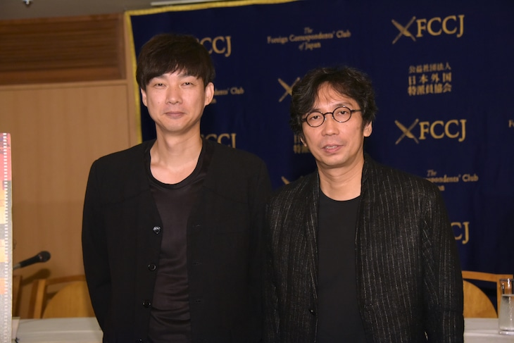 「アジア三面鏡」記者会見の様子。左から松永大司、行定勲。