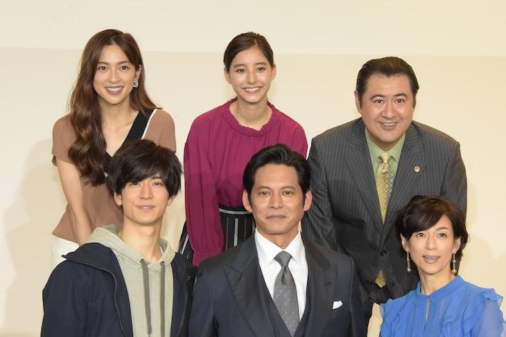 連続ドラマ「SUITS/スーツ」記者会見の様子。上段左から中村アン、新木優子、小手伸也。下段左から中島裕翔、織田裕二、鈴木保奈美。