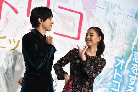 Nissy(西島隆弘)による主題歌「トリコ」に合わせてダンスを披露する吉沢亮と新木優子。
