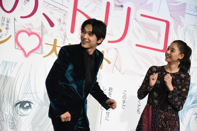 宮脇亮のダンスを見ようとする吉沢亮(左)と新木優子(右)。