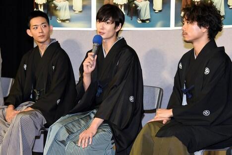左から竜星涼、岡田将生、山崎育三郎。