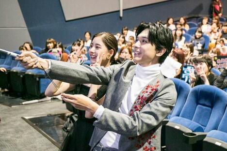 「あのコの、トリコ。」の公開記念舞台挨拶の様子。自撮りをする吉沢亮(手前)と新木優子(奥)。