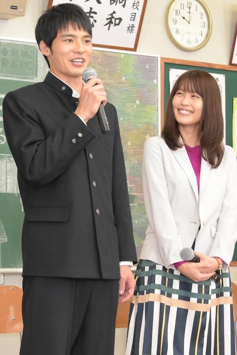 左から岡田健史、有村架純。