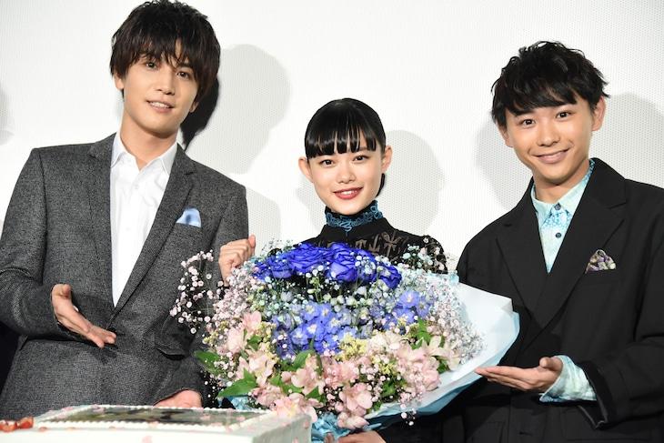 左から岩田剛典、杉咲花、須賀健太。