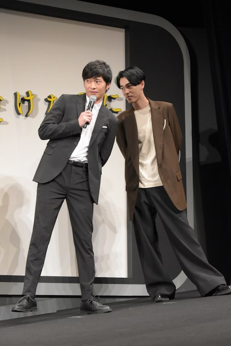 左足に重心をかける田中圭(左)。
