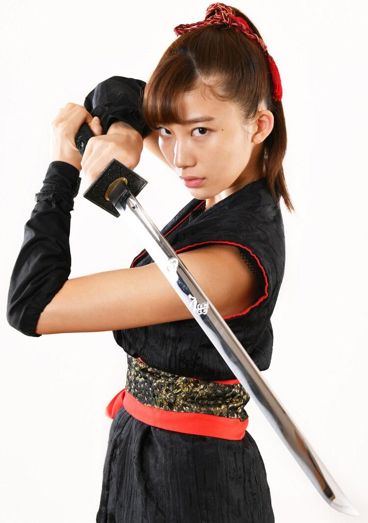 小倉優香演じるマコ。