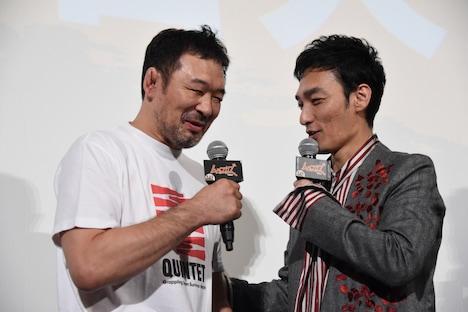 「YouTube観てます」と桜庭和志(左)に明かす草なぎ剛(右)。