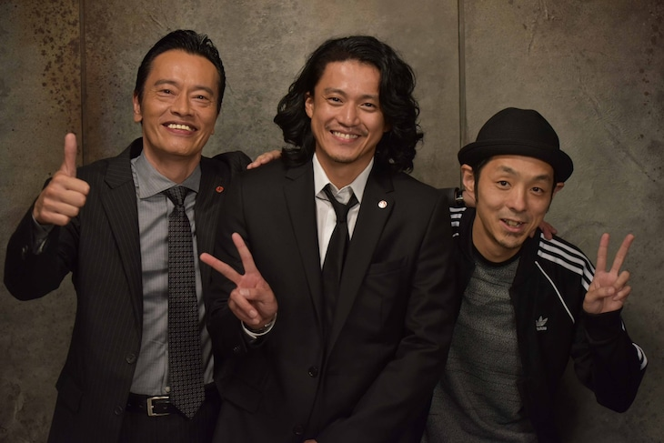 「遠藤憲一と宮藤官九郎の勉強させていただきます」第1話クランクアップ後の様子。左から遠藤憲一、小栗旬、宮藤官九郎。