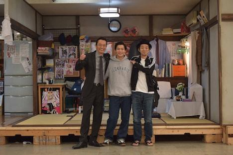 「遠藤憲一と宮藤官九郎の勉強させていただきます」第4話クランクアップ後の様子。左から遠藤憲一、野村周平、宮藤官九郎。