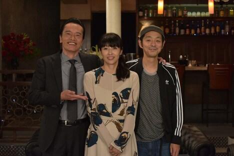 「遠藤憲一と宮藤官九郎の勉強させていただきます」第5話クランクアップ後の様子。左から遠藤憲一、水野美紀、宮藤官九郎。