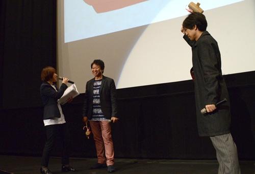 鏡開きのタイミングが合わず、司会者に詰め寄る井上和彦(中央)と神谷浩史(右)。