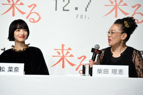 左から小松菜奈、柴田理恵。