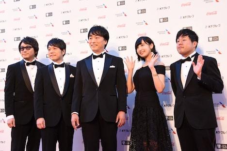 左から東地宏樹、野島健児、関智一、佐倉綾音、塩谷直義。