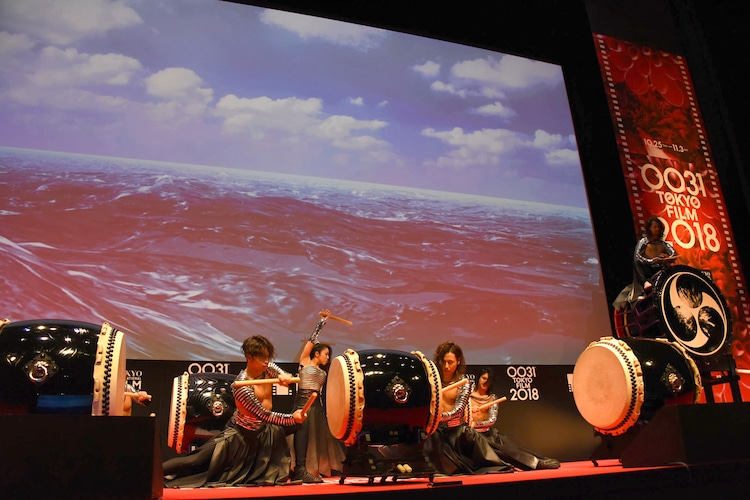 第31回東京国際映画祭オープニングセレモニーにて、DRUM TAOのパフォーマンスの様子。