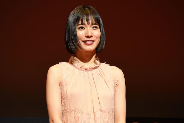 第31回東京国際映画祭オープニングセレモニーに登壇した、フェスティバルアンバサダーの松岡茉優。