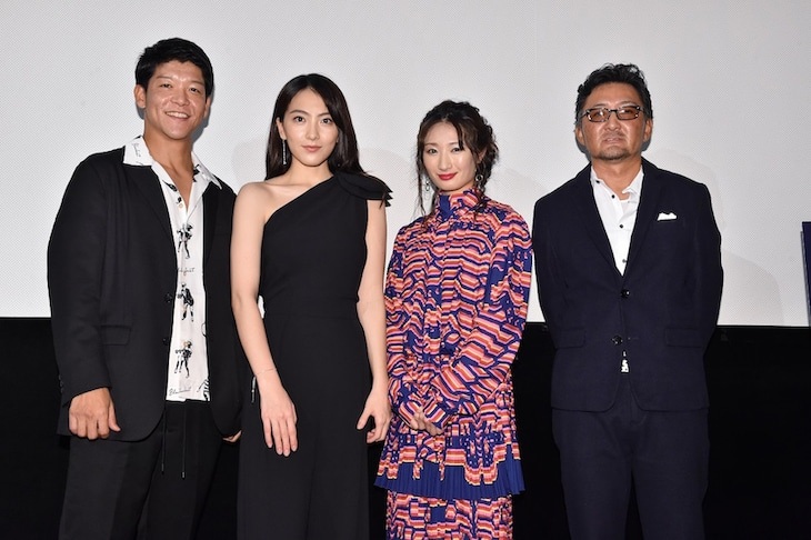 「殺る女」初日舞台挨拶の様子。左から駿河太郎、知英、武田梨奈、宮野ケイジ。