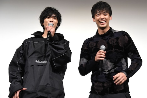 ユニフォーム姿の観客を見て喜ぶ志尊淳(左)と竹内涼真(右)。